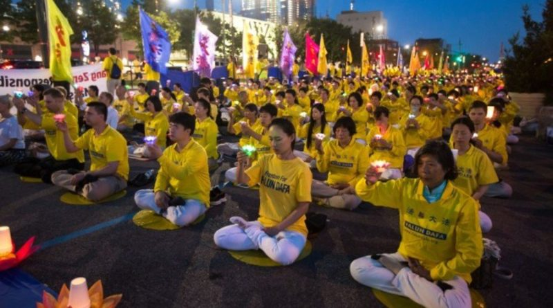 Сотни последователей и сторонников Фалуньгун провели митинг и медитацию со свечами перед китайским консульством в Нью-Йорке 16 июля 2017 года