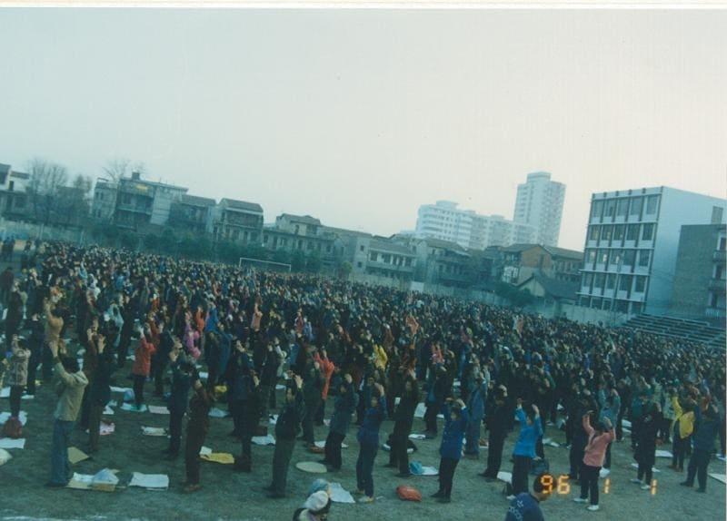 1996 год в Китае - в каждом городе тысячи и десятки тысяч людей занимаются Фалуньгун